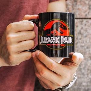ZaPARKujte u obrazovek s oblíbeným filmem a nezapomeňte si nalít do hrnečku třeba dobrou kávu ☕Filmový merch si můžete objednat na bonstella.cz  #bonstella #merch #jurskypark #hrnek #dnespiju #kava